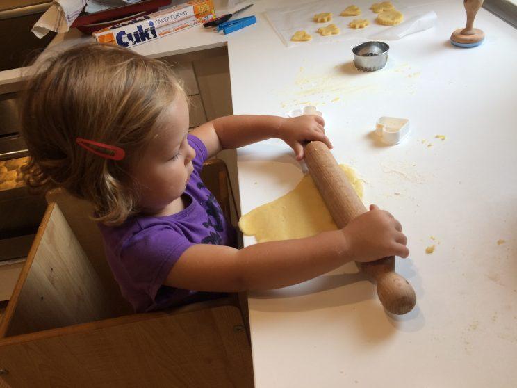 Receta de pastas de mantequilla para niños. Usando el rodillo.